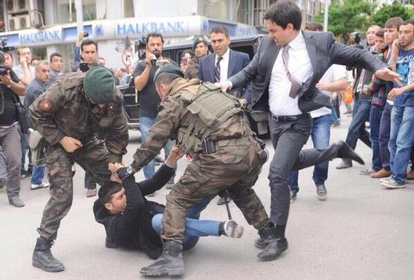 Τουρκία: Θρήνος για τους νεκρούς, οργή και μίσος για τον Ερντογάν (pics+video)