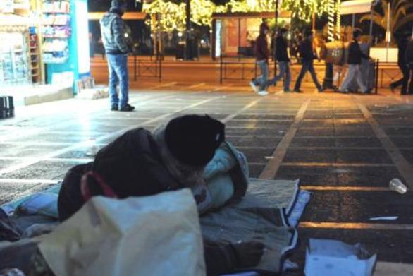 Τα «στέκια» των αστέγων και τα «καταφύγια» που «κουρνιάζουν» τις νύχτες