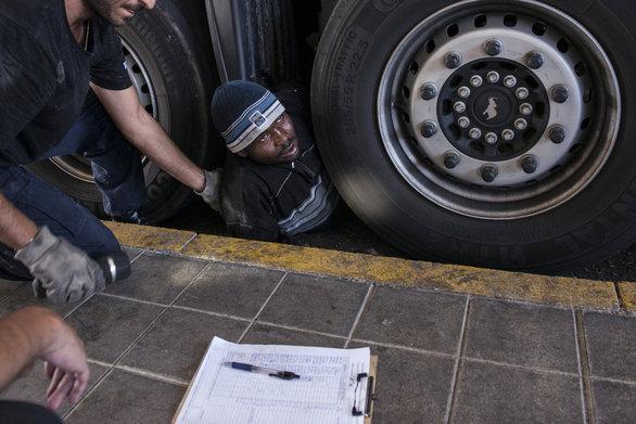 Πάτρα: Μαζικές εισβολές μεταναστών στο νέο λιμάνι