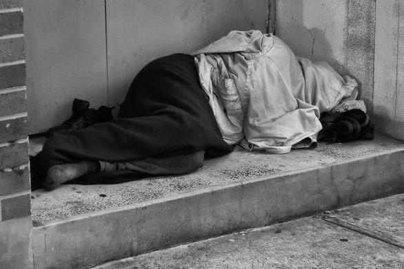 Η φτώχεια «τριγυρνά» στους δρόμους της Πάτρας από το πρωί έως το βράδυ!