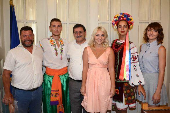 Πάτρα: Χορευτές παραδοσιακών χορών από 9 χώρες επισκέφτηκαν τον Κ. Πελετίδη