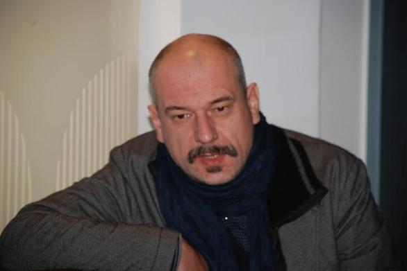 Ο Τσέζαρις Γκραουζίνις στη θέση του διευθυντή της δραματικής σχολής του ΔΗΠΕΘΕ