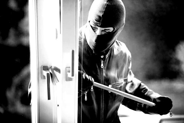 """""""Χτυπήματα"""" διαρρηκτών ανήμερα του Αγ. Ανδρέα σε πολλές περιοχές της πόλης"""