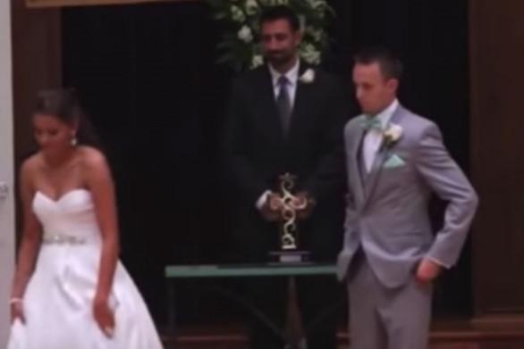 Νύφη εκφράζει την αγάπη της στον κωφό άνδρα της... στη νοηματική (video)