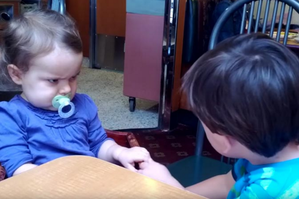Εξηγώντας τον έρωτα μέσα από ένα ξεκαρδιστικό βίνεο με μωρά!