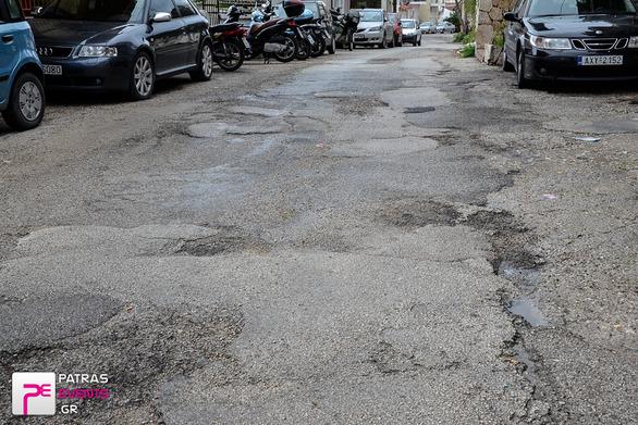 """Απίστευτο! Ολόκληρος δρόμος στην Αρόη """"βουλιάζει"""" και ο Δήμος """"μπάλωσε"""" ένα μικρό κομμάτι!"""
