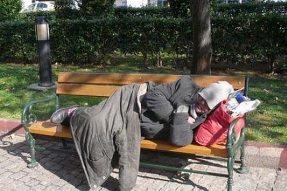 Πάτρα: Έχουν πολλαπλασιαστεί οι άστεγοι στις πλατείες της πόλης