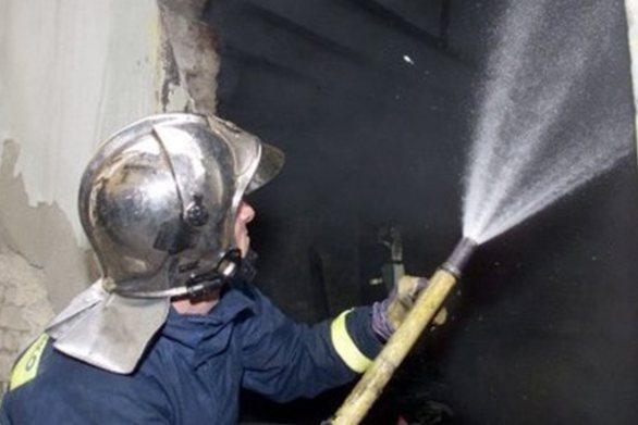 Πάτρα: Οι πυροσβέστες απεγκλώβισαν άνδρα σε φωτιά σε διαμέρισμα κοντά στην Τριών Ναυάρχων