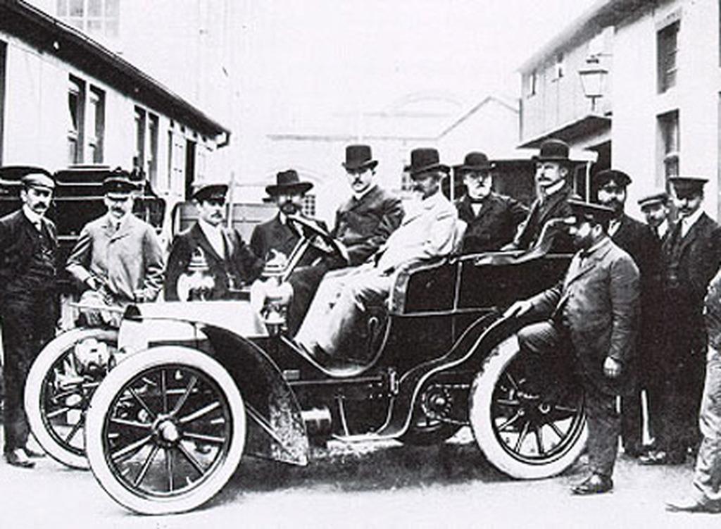 Αποτέλεσμα εικόνας για 1900: Το εργοστάσιο Daimler, που διευθύνουν οι υιοί του Γκότλιμπ Ντάιμλερ, Πάουλ και Άντολφ, παράγει την πρώτη Mercedes.