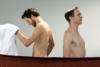 Βίντεο για... τρελά γέλια - Κολλητοί άνδρες αντικρίζουν ο ένας τον άλλον γυμνό για πρώτη φορά!