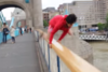 Παραλίγο τραγωδία στο Λονδίνο: Youtuber κατέγραψε άλμα από γέφυρα 12 μέτρων (pics+video)