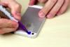 Έβαψε το φλας του κινητού του μπλε για να δει πόσο καθαρή είναι η τουαλέτα του (video)