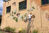 Καλλιτέχνης ταξιδεύει στον κόσμο για να ζωγραφίσει 50.000 μέλισσες! (pics)