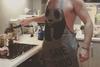 Ποιος Έλληνας ηθοποιός μαγειρεύει σχεδόν… γυμνός; (pic)
