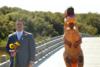Νύφη εμφανίστηκε στον γάμο της με στολή T-Rex (video)