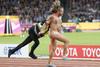 Μπήκε γυμνός στο στάδιο και άρχισε να τρέχει πριν τον τελικό των 100 μ. (pics+video)