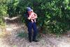 Αστυνομικός στο Ναύπλιο ηρεμεί μωρό με αγκαλιά, μετά από τροχαίο (φωτο+video)