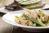 Μαγειρέψτε μακαρόνια με κοτόπουλο και σπαράγγια
