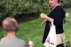 Της έκανε πρόταση γάμου κι εκείνη του πέταξε ένα μήλο στα… μούτρα (video)
