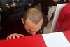 Στην κηδεία του Σουλεϊμάνογλου ο Βαλέριος Λεωνίδης φίλησε το φέρετρο (video)