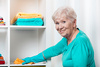 Πιο υγιείς όσοι ηλικιωμένοι κάνουν δουλειές του σπιτιού