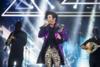 Ο Μαζωνάκης εμφανίστηκε στη σκηνή ως… Prince (pics+video)