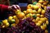 Δεσμεύτηκαν πάνω από 2 τόνοι φρούτων σε επιχείρηση του Πειραιά