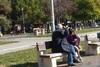 Πάτρα: Κοριτσάκι 'παίζει' με τον παππού σε παγκάκι στα Ψηλαλώνια