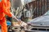 Πληρώνουν και σπάνε αυτοκίνητα με βαριοπούλες για να ξεθυμάνουν την οργή τους (video)