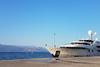 To τεράστιο γιοτ Σαουδάραβα πρίγκιπα που άραξε στο λιμάνι του Αιγίου