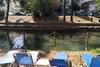 Τρίκαλα: Έβαλαν ξαπλώστρες στην όχθη του ποταμού
