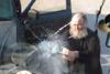 """Καλόγερος 'χούλιγκαν"""" σπάει λεωφορείο στη Σαντορίνη (video)"""