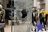 Θεσσαλονίκη: Κουκουλοφόροι έσπασαν καταστήματα (pics+video)