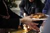 Γεύμα αγάπης τα Χριστούγεννα για εκατοντάδες άπορους και άστεγους στην Αθήνα