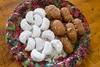 Μελομακάρονα vs Κουραμπιέδες: Ποιο γλυκό έχει τις περισσότερες θερμίδες;