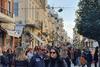 To γιορτινό κλίμα 'ζέστανε' κάπως την 'παγωμένη' αγορά της Πάτρας