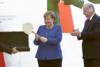 'Ξετρελάθηκε' η Μέρκελ με το δώρο του Ερντογάν (video)