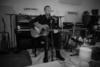 O Chris Martin παίζει το «Shelter From the Storm» του Dylan (video)