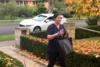 Κοπέλα απολυμαίνει τη νοσηλεύτρια αδελφή της όταν γυρίζει από τη βάρδια (video)