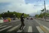 Πεζός 'φρενάρει' κυριολεκτικά την τελευταία στιγμή (video)