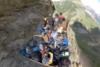 Τουριστικό φορτηγό κινείται σε μικροσκοπικό ορεινό δρόμο (video)