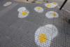 Θεσσαλονίκη - Τα πεζοδρόμια γέμισαν με... τηγανιτά αυγά
