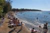 Κόσμος για βουτιές στις κοντινές παραλίες της Πάτρας