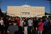 Συγκέντρωση διαμαρτυρίας στη Βουλή για το κλείσιμο των νυχτερινών κέντρων τα μεσάνυχτα