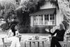 Η Μέγκαν Μαρκλ σε μια διαφορετική συνέντευξη: Στην αυλή ενός σπιτιού, παρέα με τα σκυλιά της