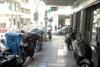 Πάτρα: Πεζοδρόμιο για να 'αράζουν' μηχανάκια και δίκυκλα - 'Εκτός' οι πεζοί