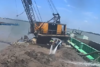 Πλωτός γερανός τουμπάρει από το βάρος και πέφτει στη θάλασσα (video)