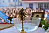 Σάλος στον Πύργο: Ιερέας ζήτησε από τους μαθητές να βγάλουν τις μάσκες για να φιλήσουν τον σταυρό