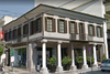 To νεοκλασικό κτίριο του κέντρου της Πάτρας με την ηπειρώτικη αρχιτεκτονική