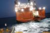 Η μάχη του καπετάνιου με τα κύματα για να καταφέρει να δέσει στη Σίκινο (video)